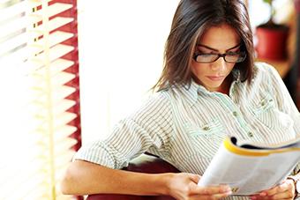 Studentin beim lesen einer Zeitschrift